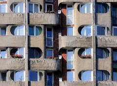 Detailaufnahme, Fenster - Balkons; Siedlung Grunwaldplatz / plac Grunwaldzi; erbaut von 1967 - 1975 - Architekten Jadwiga Grabowska-Hawrylak,  Zdzisław Kowalski, Włodzimierz Wasilewski.
