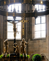 Westchor des Bamberger Doms - Kreuzigungsgruppe, Radleuchter.