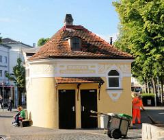 Restaurierte Jugendstil Männertoilette - Pissort, Abort - gelbe Fassade, weiss abgesetzter Stuck, Ziegeldach - Architektur in Bamberg.