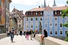 Untere Brücke in Bamberg - Touristen und Einheimische auf der alten Brücke - im Hintergrund die Skulptur der Kaiserin Kunigunde und historische Architektur.