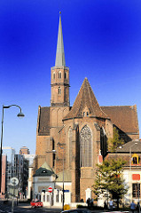 Kirchenschiff und Kirchturm der gotischen St. Adalbert Kirche in Wroclaw, Breslau - Polen.