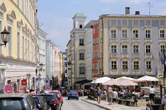 Residenzplatz in Passau - er ist nach der Alten Bischöftlichen Residenz benannt - Strassencafe mit Sonnenschirmen.