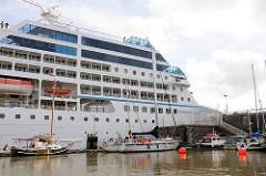 Das 181 m langen und 25m breiten Kreuzfahrtschiff AZAMARA JOURNEY kann 700 Passagiere an Bord nehmen - Einfahrt des Kreuzfahrtschiffs in die Brunsbüttler Schleuse Richtung Elbe.