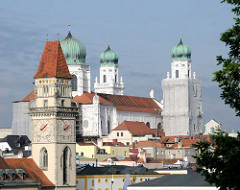 Blick vom St. Georgsberg auf die Altstadt von Passau - Rathausturm und Türme des Stephandoms zu Passau - einer der Kirchtürme ist eingerüstet und wird restauriert.