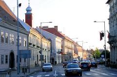 Strassenverkehr; Wohnhäuser an einer verkehrsreichen Strassen in Mosonmagyaróvár, Ungarn.
