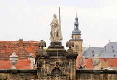 Skulptur auf der Mauer am Domplatz - Kirchturm und Dächer der Stadt Bamberg. Kirchturm der St. Martin Kirche - geweiht 1693