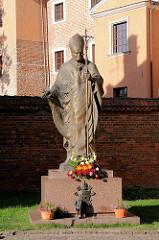 Denkmal Papst Paul II ( Pomnik Jana Pawla II )auf der Wawel in Krakau / Kraków. Johannes Paul II., lateinisch Ioannes Paulus PP. II, bürgerlicher Name Karol Józef Wojtyła;  war vom 16. Oktober 1978 bis zu seinem Tod mehr als 26 Jahre Papst.
