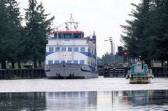 Das Auflugsschiff ADLER PRINCESS hat die Schleuse Lexfähre passiert - ein Sportboot wartet auf die Einfahrt.