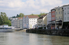 Uferpromenade mit Wohnhäusern und Hotels am Donauufer Passaus - Liegeplatz eines Ausflugsschiffs / Fahrgastschiffs.