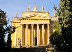 Die Kathedrale, Baslilika von Eger ist die Bischofskirche des römisch-katholischen Erzbistums Eger. Die klassizistische Kuppel-Basilika mit dem Patrozinium des Evangelisten Johannes und des Erzengels Michael wurde 1831–1837 nach Plänen von József Hil
