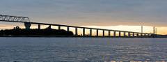 Auffahrt der Brunsbüttler Hochbrücke über den Nord Ostsee Kanal bei Sonnenaufgang - die Hochbrücke Brunsbüttel ist mit 2831 m die längste Brücke über den Nord-Ostsee-Kanal.