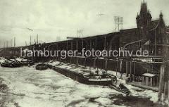 Hamburger Kaianlagen im Winter - Oberländer Kahn, Steuerruder - eisbedecktes Wasser..