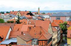 Fachwerkhäuser und Ziegeldächer von Bamberg - im Hintergrund St. Ottokirche,  erbaut 1912-14; Architekt Otho Orlando Kurz.