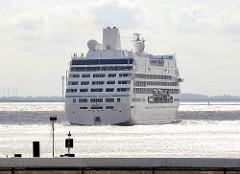 Das Kreuzfahrtschiff AZAMARA JOURNEY hat die Schleusung in der Brunsbüttler Schleuse durchgeführt und fährt in die Elbe ein.