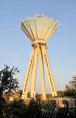 Wasserturm in Mosonmagyaróvár - Wasserbecken auf Stelzen; futuristische Architektur.