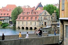 Blick über die Untere Brücke Bambergs mit Kaiserin Kunigunde zum ehem Schlachthaus an der Regnitz.