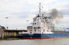 Der Frachter CROWNBREEZE, Heimathafen Rotterdamm ist in die Schleusenkammer der Schleuse Brunsbüttel eingefahrten und wird mit einem Tau festgemacht.