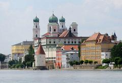 Blick zur Innpromenade Passaus - am Ufer der Inn der im 13. Jahrhundert gebaute Schaiblingsturm, dahinter die Türme des barocken St. Stephandoms, erbaut 1668 - Bischofssitz und Hauptkirche Passaus.
