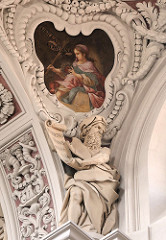 Deckendekoration - Stuck, Skulptur und Deckenfresko im Dom St. Stephan von Passau.