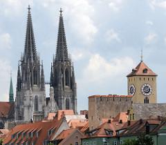 Dächer der historischen Altstadt von Regensburg - lks. der Uhrturm des Alten Rathauses.