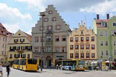 Historische Häuserzeile am Arnulfsplatz in Regensburg - Bushaltestellen.