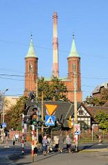 St. Bonifatiuskirche im Odertorviertel von Breslau - eingeweiht 1898; Fabrikschlot im Hintergrund.