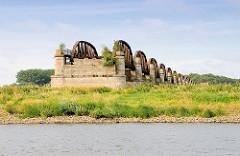 Reste der historischen Elbbrücke bei Dömitz - zerstört 1945.
