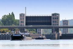 Schleuse Geesthacht - ein Binnenschiff verlässt die Schleusenkammer.  Die beiden Schleusenkammern mit einer Länge von 230 Metern und einer Breite von 25 Metern fassen jeweils vier Großmotorschiffe oder einen entsprechenden Schubverband.