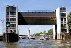 Sportboote verlassen die Schleuse Gesthacht und fahren in die Elbe ein.