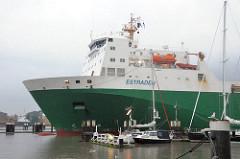 Der Frachter ESTRADEN verlässt die Brunsbüttler Schleuse und fährt in den Nord Osteekanal ein - im Vordergrund Sportboote am Steg des Sportboothafens.