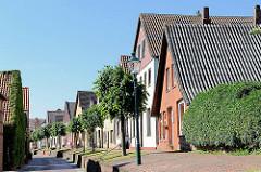 Wohnhäuser in Neuhaus an der Oste - schmale Strasse.