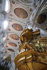 Vergoldete Kanzel im Dom St. Stephan zu Passau - die Kanzel mit figürlichem Schmuck wurde vom Wiener Hoftischler Johann Georg Series von 1722 bis 1726 angefertigt.