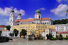 Blick über die Inn auf die Altstadt Passau - Wohnhäuser am Innufer, im Bildzentrum die Alte Residenz; vom Ende des 11. bis Anfang des  18. Jahrhunderts Regierungssitz der Passauer Bischöfe. Dahinter der Dom St. Stephan in  Passau.