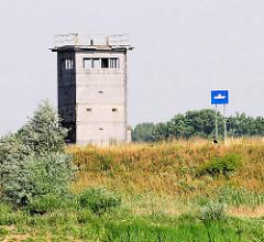 Ehem. Wachturm der DDR am Elbufer bei Neu Darchau - Hinweisschild für die Schifffahrt auf eine Fähre, die die Elbe kreuzt.