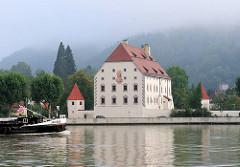 Wasserschloss / Wasserburg Obernzell an der Donau - Renaissancebau 1583; Bug des Binnenschiffs JACOBA in Fahrt donauabwärts.
