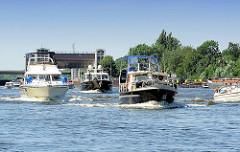 Motorboote in Fahrt - die Sportboote haben gerade die Schleuse Geesthacht verlassen und fahren in die Mittelelbe ein.