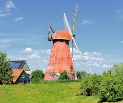 Galerieholländer Hoffnung, erbaut 1813. Windmühle / Getreidemühle am Deich von Beidenfleth an der Stör.