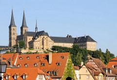 Dächer der historischen Altstadt Bambergs, dahinter die Klosterkirche des Kloster Michelsberg.