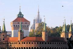Barbakane / Festungsmauer mit Wehrtürmen - dahinter der Turm des Florianstor in Krakau.