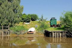 Fähre Kronsnest an Land gezogen - der Fährbetrieb erfolgt nur vom 1. Mai - 3. Oktober am Sonnabend, Sonntag + Feiertagen.