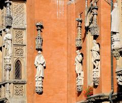 Historische Skulpturen an der Fassade - Bilder aus der Altstadt Wroclaws / Breslau, Polen.