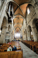 Innenansicht Bamberger Dom St. Peter und St. Georg, Kaiserdom. Blick auf den Mittelchor - Kirchenbänke; Architektur der Spätromanik, des Mittelalters.