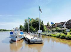 Anleger Oberndorf an der Oste - Wohnhäuser am Ufer des Flusses.