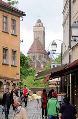 """Fussgängerzone Bamberg zur Oberen Brücke - im Hintergrund die Kirche """"Zu unserer lieben Frau"""" / Obere Pfarre."""