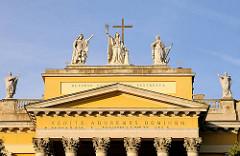 Die Kathedrale, Baslilika von Eger ist die Bischofskirche des römisch-katholischen Erzbistums Eger. Die klassizistische Kuppel-Basilika mit dem Patrozinium des Evangelisten Johannes und des Erzengels Michael 1831–1837 erbaut, Pläne József Hild.