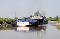 Schubschiff mit Schute auf der Pinnau in Fahrt Richtung Uetersen.