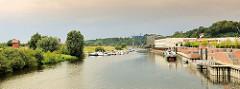 Blick auf den Hafen Boizenburg / Elbe; lks. der Sportboothafen, re. ein Binnenschiff am Hafenkai.