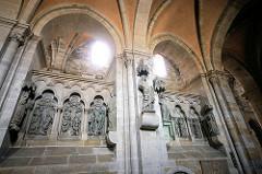 Innenansicht Bamberger Dom St. Peter und St. Georg, Kaiserdom. Steinskulpturen - Propheten nördliche Schranke Westchor.