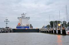 Frachter EMOTION in der geschlossenen Schleusenkammer des Nord-Ostsee-Kanals in Brunsbüttel - rechts der Sportboothafen