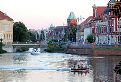 Kanal in Breslau, Wroclaw - Stadtansicht, Boote auf dem Wasser.